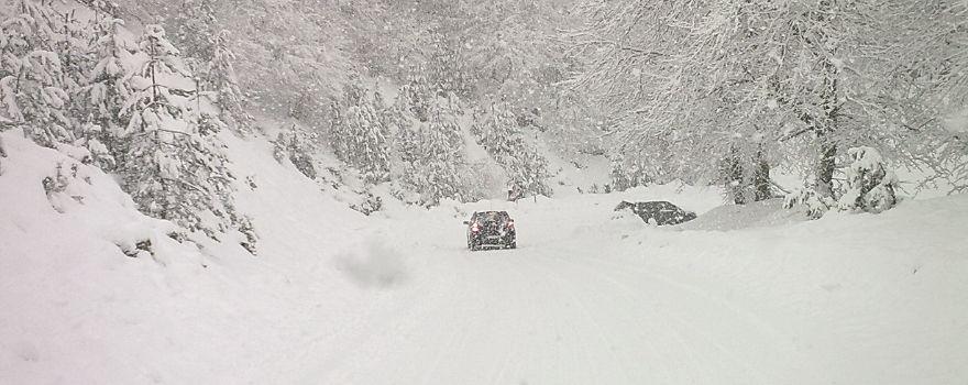 δρόμος με πολύ χιόνι και έντονη χιονόπτωση