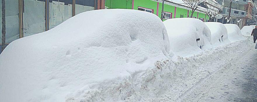 μεγάλη ποσότητα χιονιού έχει καλύψει αυτοκίνητα και δρόμο
