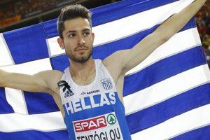 Ο Μίλτος Τεντόγλου πανηγυρίζει με την ελληνική σημαία