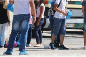 Μαθητές περιμένουν για τη μεταφορά τους στο σχολείο